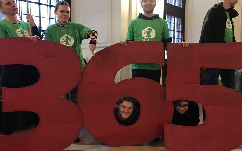 """Der Ökolöwe demonstriert mit einer großen """"365"""" für das 365-Euro-Ticket"""