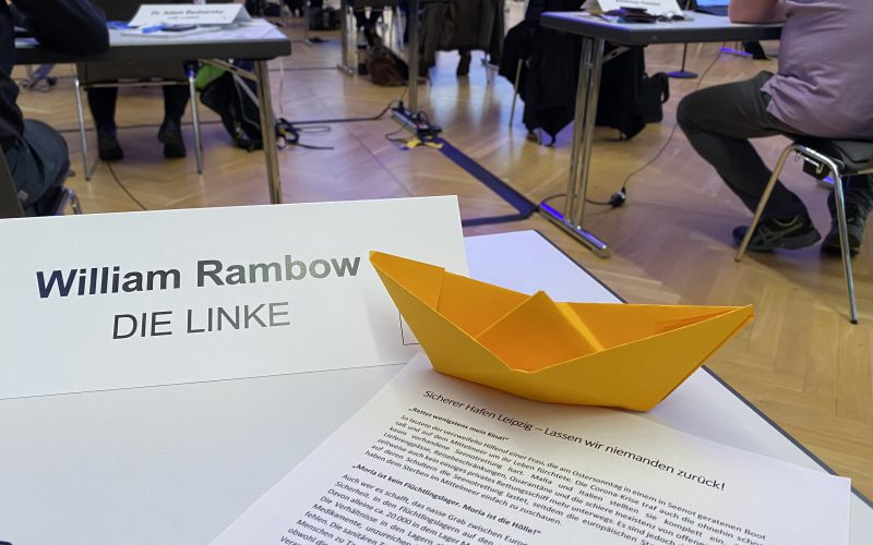 Ein aus Papier gefaltetes orangenes Schiffchen