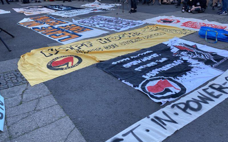 Viele verschiedene Transparente auf dem Boden mit Forderungen von jungen Menschen