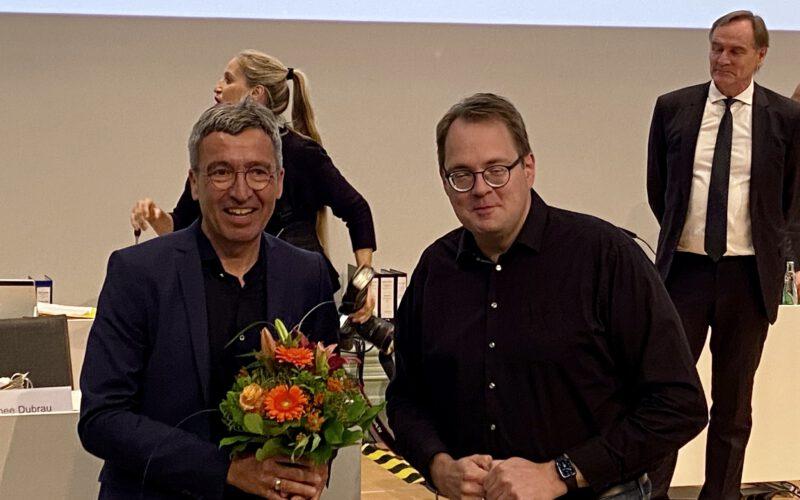 Sören Pellmann übergibt Blumen an Thomas Dienberg